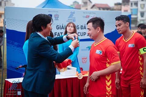 Chú thích ảnh: Ông Lê Duy Hưng - Trưởng BTC Giải lần lượt trao HCV cho Hiếu Hương Hoa Phượng